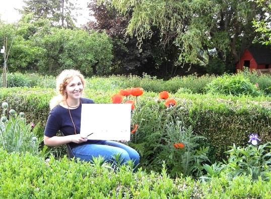 Das Gartenatelier im Sommer. Eine freundliche Zeichenkurs-Teilnehmerin im Ateliergarten zeigt die Atelier-Atmosphäre in der KUNSTSCHULE FRANKFURT ATELIER IRENE SCHUH