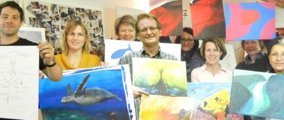 Eine fröhliche Mal-Gruppe mit Ihren Bildern im Malkurs in der Malschule Frankfurt Atelier Irene Schuh, Malen lernen, im Malereikurs oder im Malworkshop