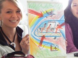 2 glückliche Teilnehmerinnen bei der Mappenvorbereitung im Mappenkurs für ein Kunst- und Design-Studium