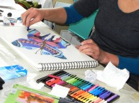 Eine Frau beim Zeichnen lernt im Zeichenkurs in der Zeichenschule Frankfurt Atelier Irene Schuh