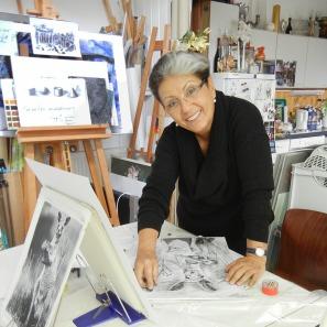 Glückliche Zeichenkurs-Teilnehmerin beim Zeichnen im Zeichenkurs in der Zeichenschule Frankfurt Atelier Irene Schuh