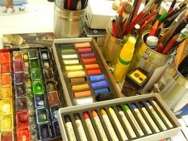 Mal-und Zeichenmaterial in der Kunstschule Frankfurt Atelier Irene Schuh, z.B. Aquarellfarben, Pinsel und Bleistift und Farbstifte, Pastellkreiden, Ölkreiden, Uhu, Spitzer