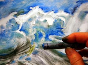 Mit Pastellkreide wilde Wasserwellen gezeichnet im Zeichenworkshop der Kunstschule Frankfurt Atelier Irene Schuh