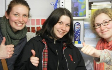 Begeisterte erfolgreiche Mappenkurs-Teilnehmerinnen im MAPPENKURS© mit Aufnahmeprüfung und Mappenvorbereitung im Atelier Irene Schuh Frankfurt