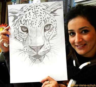 Tiere-zeichnen lernen, Zeichenkurs-Teilnehmerin mit Panterzeichnung beim Zeichnen lernen  in der Zeichenschule-Atelier-Irene Schuh Frankfurt, Zeichenkurs-Frankfurt