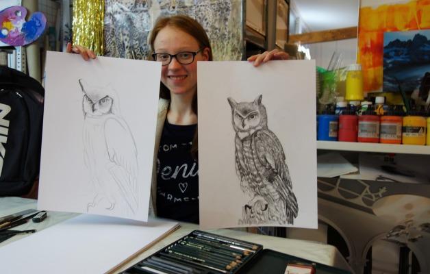 Zeichenkurs, Jungendliche zeigt 2 von ihr gezeichnete Eulen. Sie hat Zeichen-Techniken kennengelernt
